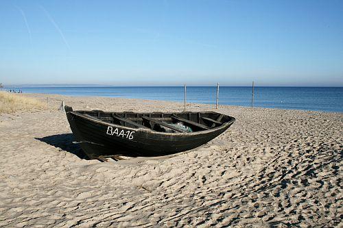 Fischerboot am schönen Sandstrand