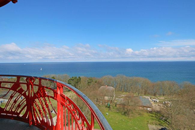 Blick vom Leuchtturm auf dem Kreidefelsen über die Ostsee