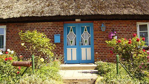 Ein Ferienhaus mit Reetdach in einem renovierten Fischerhaus